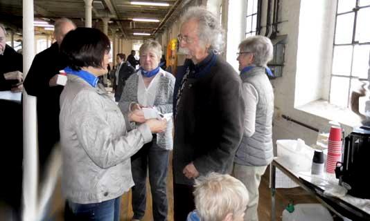 Auch Jean Pütz wurde mit den Köstlichkeiten versorgt. Foto: (c) Bettina Brökelschen