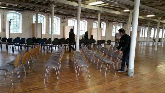 Die Stühle für die Benefiz-Auktion werden aufgestellt Foto: (c) Suna Belek
